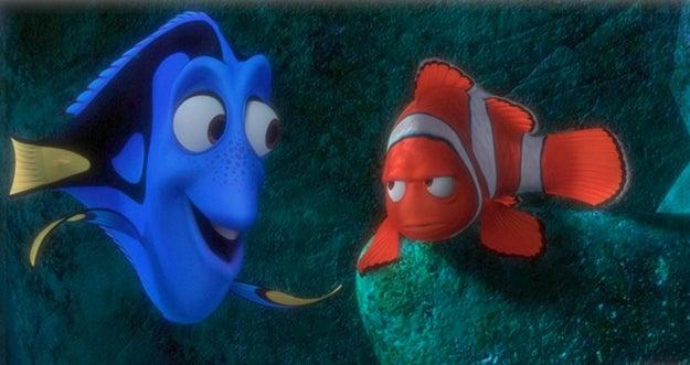 Quieres volver a ver Buscando a Nemo para recordar todos los pequeños detalles que conectan las dos películas.