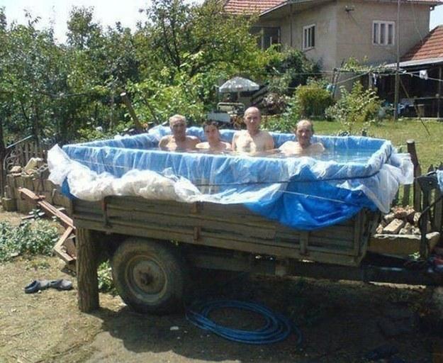Der Pool im Hotel war zwar klein, aber nicht so: