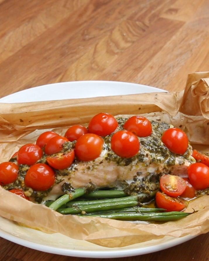 Você vai precisar de:Papel manteiga ou papel alumínio85g de vagensAzeite a gostoSal e pimenta a gosto170g de salmão sem pele 2 colheres de sopa de molho pesto10 tomates cereja cortados ao meioModo de preparo:1. Preaqueça o forno a 180º C.2. Dobre o papel manteiga ao meio, depois abra-o. 3. Em uma das metades, coloque as vagens. Regue com azeite e polvilhe sal e pimenta. 4. Coloque o salmão sobre as vagens e espalhe o pesto. Cubra com os tomates.5. Dobre o papel manteiga sobre o salmão e feche, dobrando-o pelas bordas. 6. Leve ao forno por 20 minutos. Inspirado na receita do Cooking Classy. Porções: 1