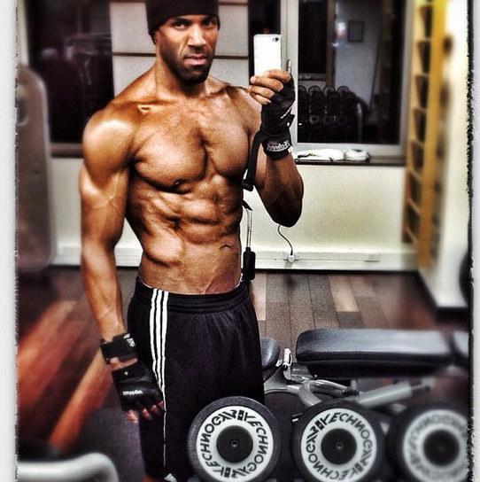 Mirarnos en los espejos y luego tomarnos una selfie en el gimnasio.