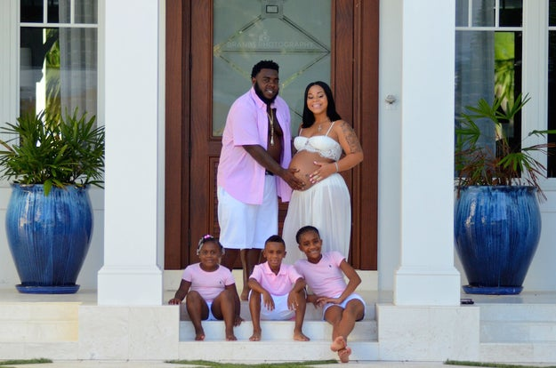 To celebrate the ocassion — and Velez's pregnancy before she gives birth — they decided to do a photo shoot with the entire family.