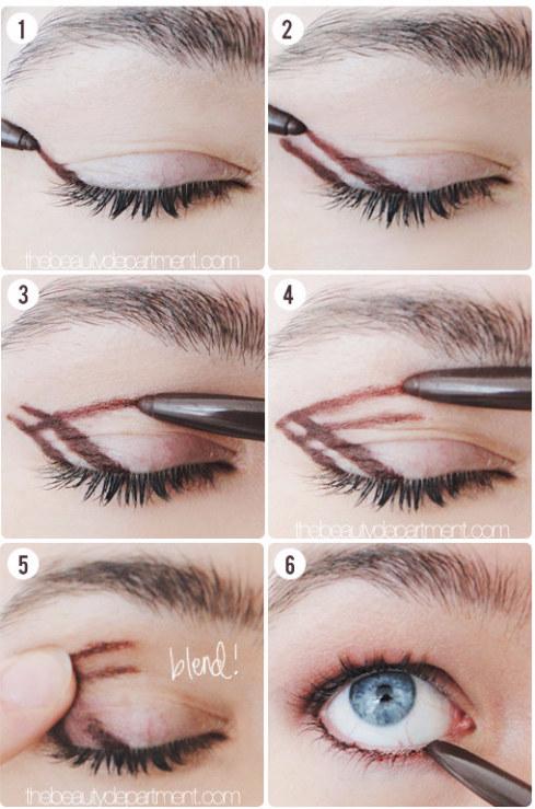 Experimente desenhar uma flecha dupla usando um pincel de sombra (e depois esfume!) para um olho esfumado rápido e elegante.