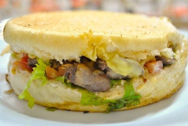 """Na Lancheria do Parque dá para pedir o sanduíche cortado ao meio, servido com a pergunta """"para quem é o coração partido?""""."""