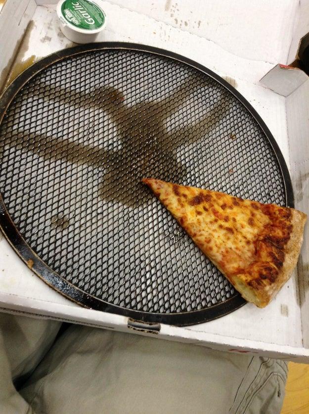 Una pizza de Papa John's que viene con la charola.
