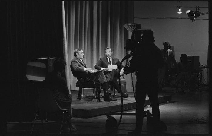 """O filme narra a disputa entre Bill Buckley e Gore Vidal, dois dos principais comentaristas políticos da história dos Estados Unidos. Com foco na campanha presidencial de 1968, o documentário mostra como Buckley (republicano) e Vidal (democrata) pouco a pouco baixaram o nível do debate, em discussões televisionadas ao vivo. Por fim, """"Best of Enemies"""" reflete sobre como o programa estrelado por eles ajudou a moldar o debate político e a cobertura da mídia nos dias atuais.(Alexandre Aragão)"""