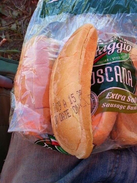 Y este bollo para hot dog que tiene la fecha de caducidad impreso en él.