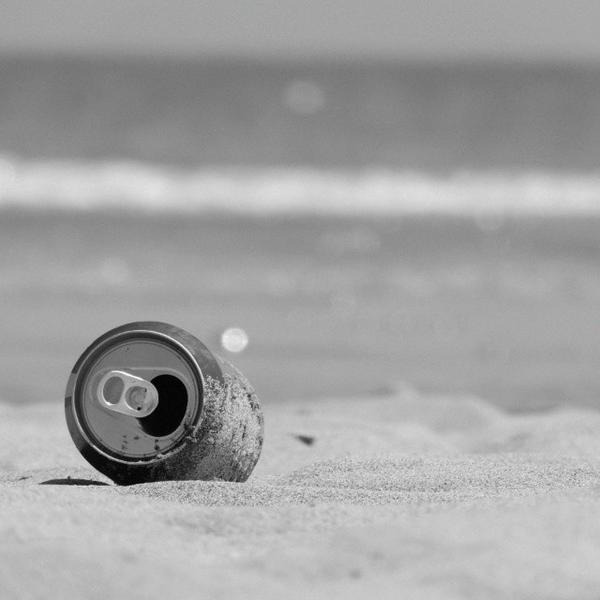 Cuando compras una lata en la playa porque te mueres de sed y sabes perfectamente que vas a acabar masticando arena hagas lo que hagas.