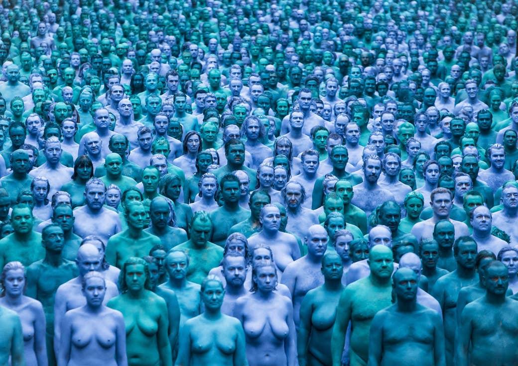 体を青に塗った3000人が表現する イギリスの ハルの海