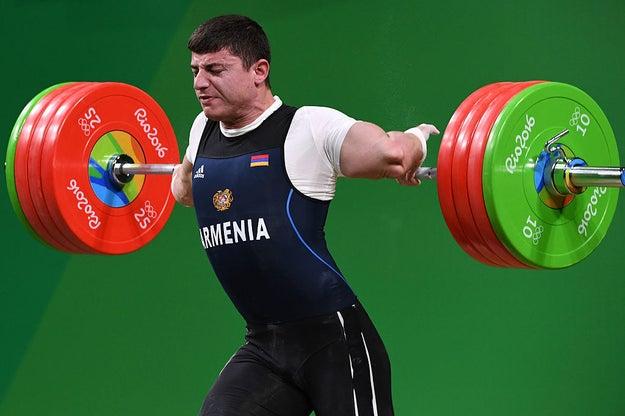 Durante el quinto día de las competencias en Río 2016, en la prueba de los 77kg, Karapetyan tuvo un terrible accidente.