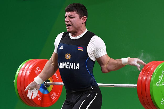 Su brazo izquierdo no pudo soportar el peso y su hombro se dislocó.