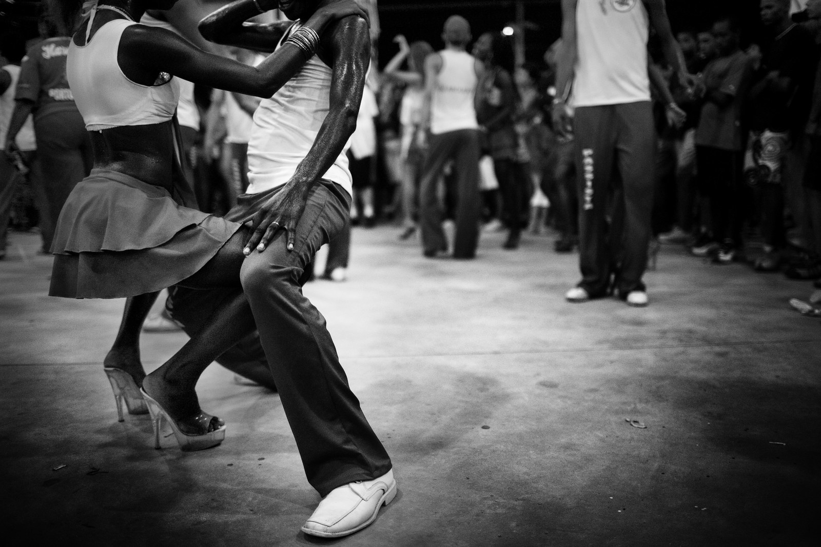 девушка танцует с негром ловит