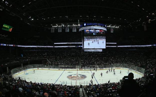 Lo siento, creo que me perdí todo el partido de hockey por estar demasiado distraído por la TERRIBLE ubicación de la pantalla gigante.