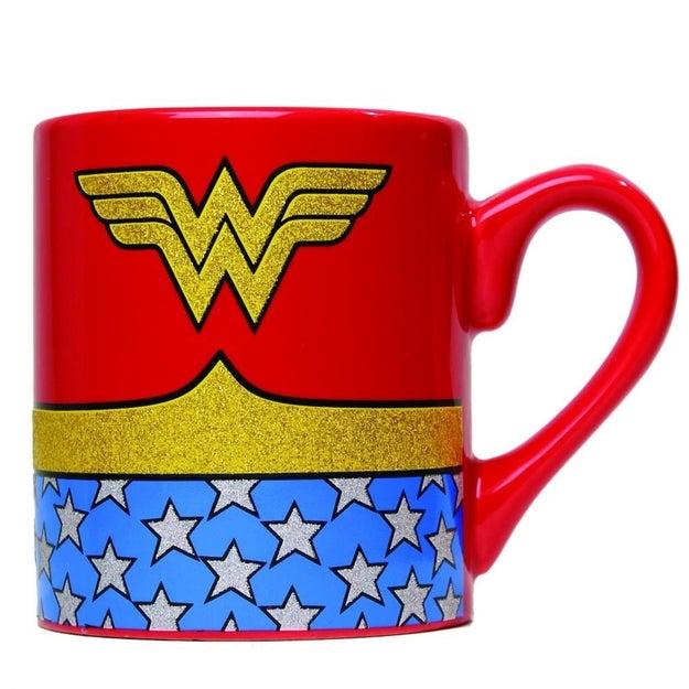 ¿Eres fan de la Mujer Maravilla? Esta taza es ideal para tu café de la mañana ($136).