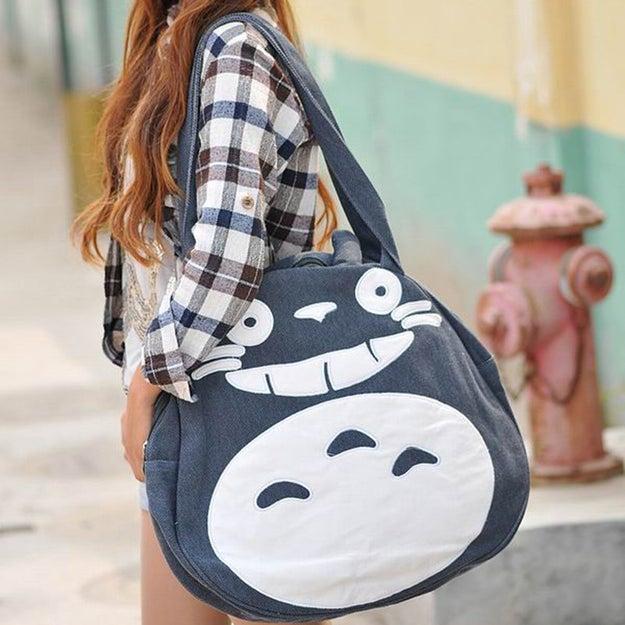 Esta mochila es justo lo que alguien que ama a Totoro necesita para llevar sus cosas ($1539).