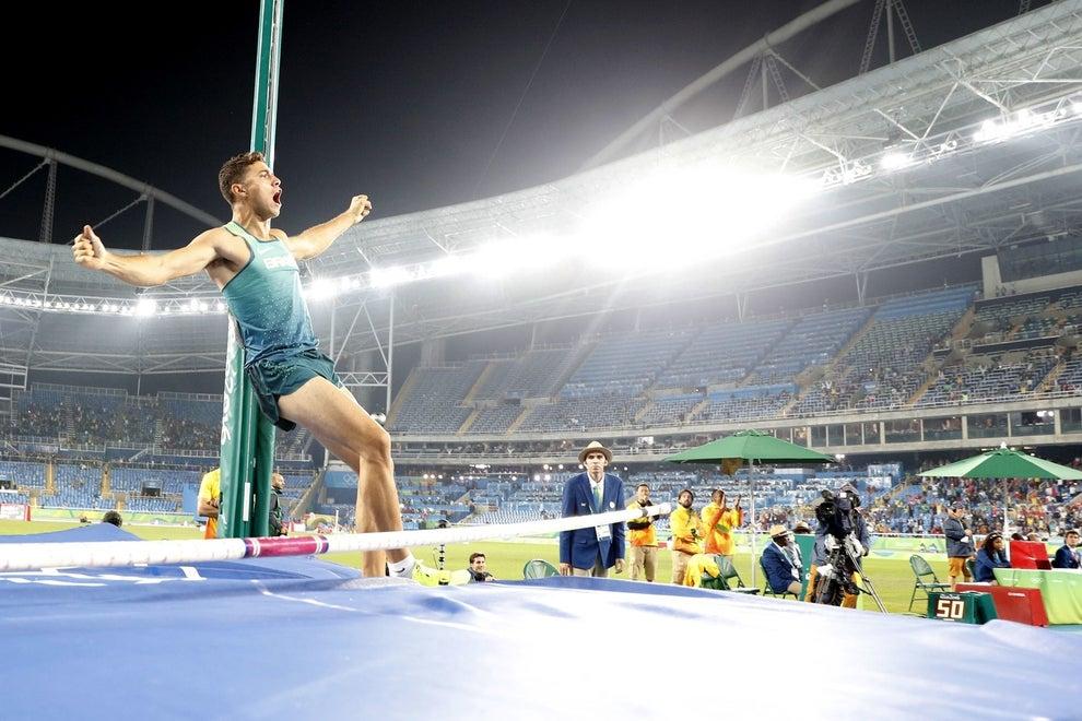 À noite, Thiago Braz saltou 6,03 m e caiu assim: