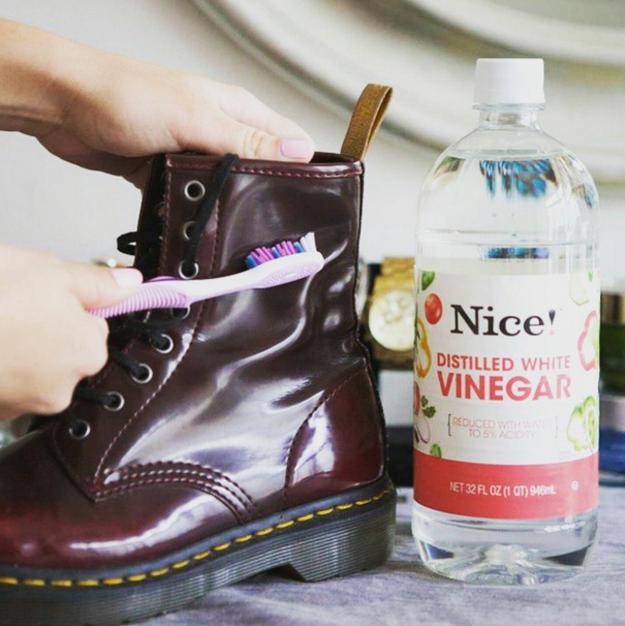 Si le cayó agua a tus zapatos de piel y se mancharon, desaparece cualquier evidencia con un poco de vinagre.