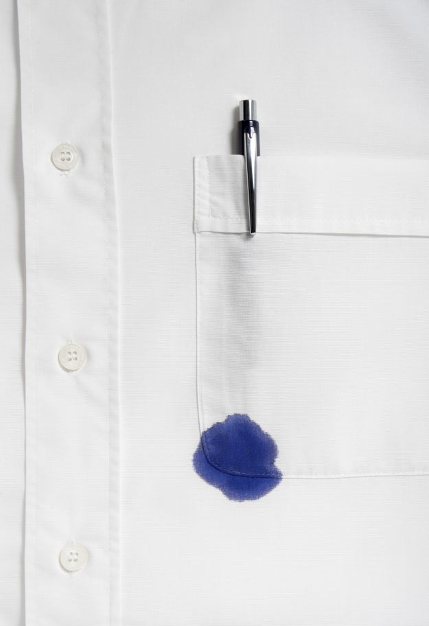 Desaparece cualquier mancha de tinta de tu ropa con un poco de pasta de dientes blanca sobre ella.