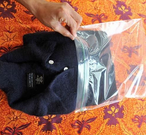 Si tu suéter de angora no deja de soltar pelusa, ponlo en una bolsa de plástico y mételo al congelador.