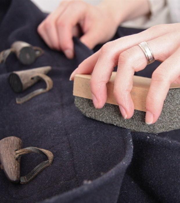 Quítale a tu abrigo toda la pelusa con la ayuda de una piedra pomez.