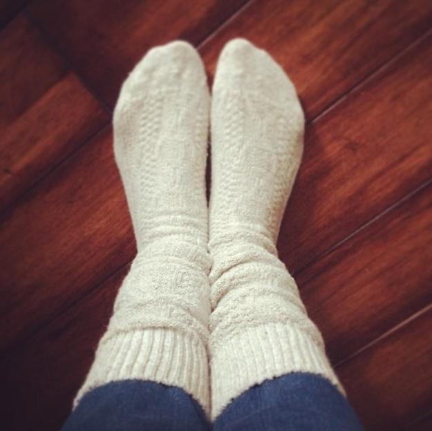 Evita que tu pantalón se salga de tus botas y fájalo en tus calcetines.