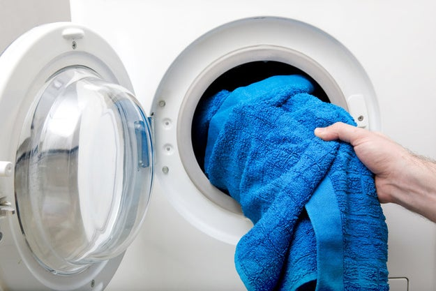 Seca tu ropa húmeda en tiempo record colocando una toalla en la secadora con el resto de tus prendas.