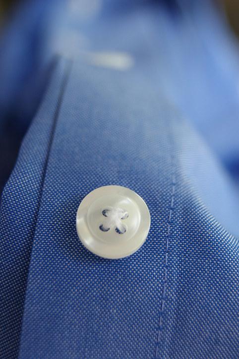 Evita que se descosan tus botones y aplica un poco de barniz transparente a la parte de atrás.