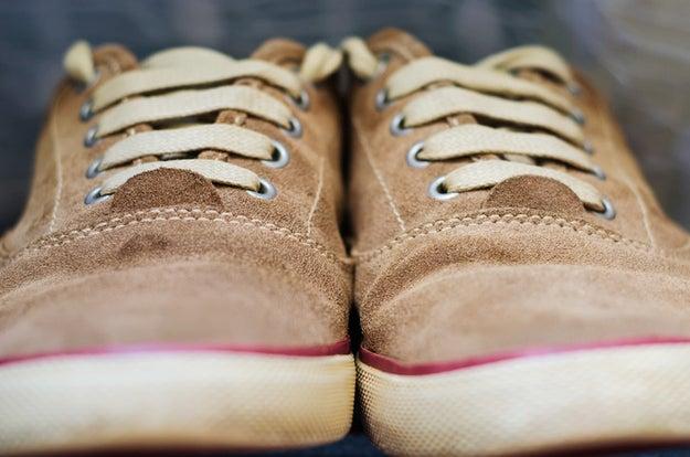 Si necesitas quitarle una mancha de mugre a unos zapatos de gamuza, hazlo con una goma para borrar.