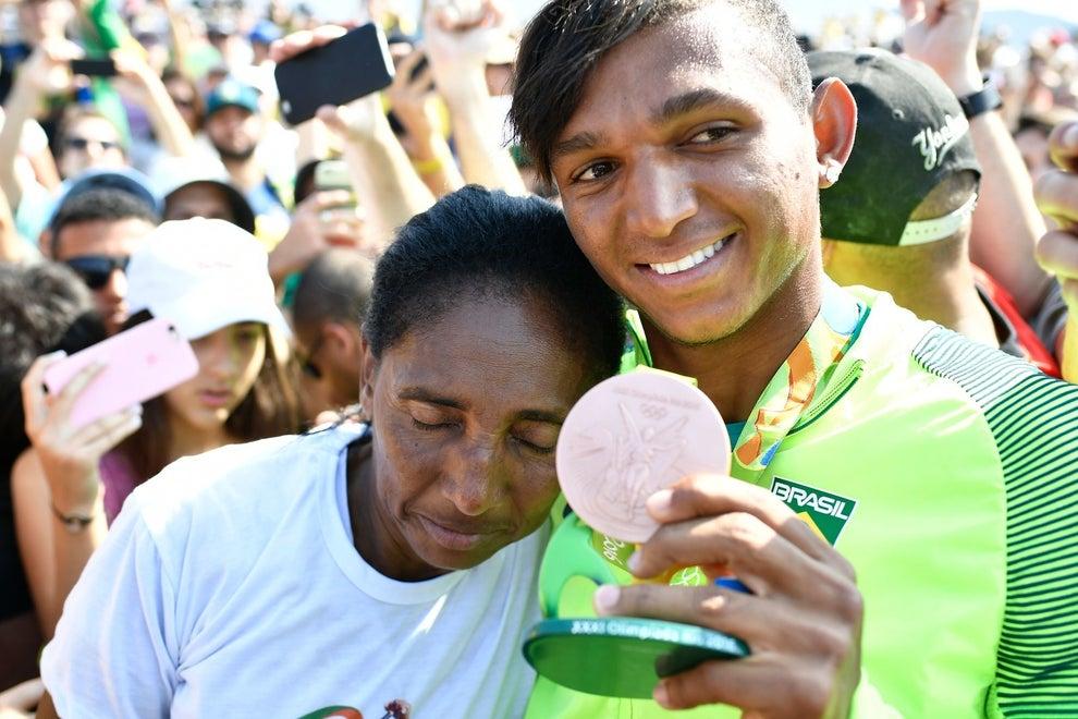 E mostrou a medalha de bronze, ao lado da mãe.