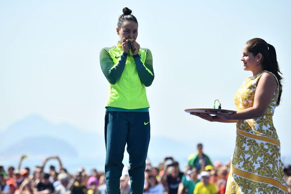 A nadadora Poliana Okimoto ganhou o bronze na maratona aquática.