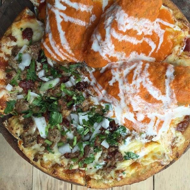 ¡Paren el mundo que me quiero bajar! Esto es una pizza de chile relleno con carnitas.