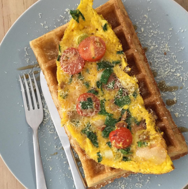 Una vez, unos genios pusieron un omelette sobre un waffle.