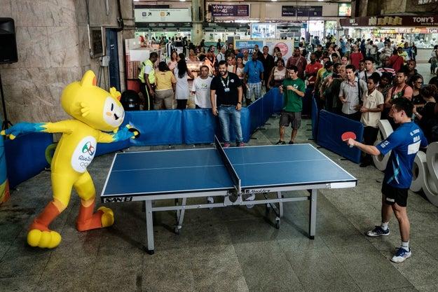 """Jogador: """"Bóra tirar um racha no tênis de mesa?"""" Vinícius: """"Bóra!!!"""""""
