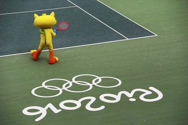 Ele suou a camisa (digo, sua enorme fantasia felpuda amarela) em nome do espírito olímpico.