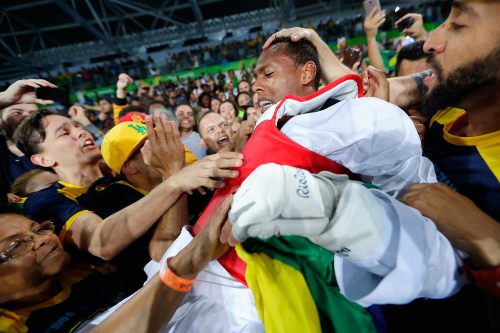 Quase ninguém viu essas cenas, porque elas aconteceram quando a medalha de ouro do futebol masculino tinha acabado de rolar.