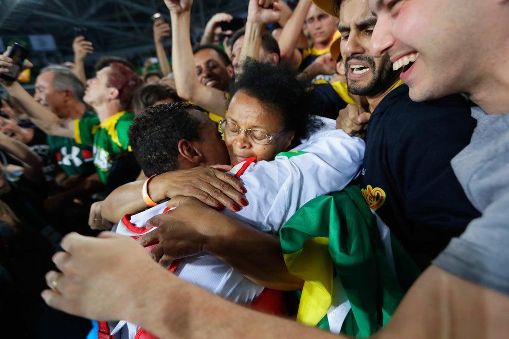 Mas ver o Maicon abraçando a mãe é tão tocante quanto qualquer conquista.