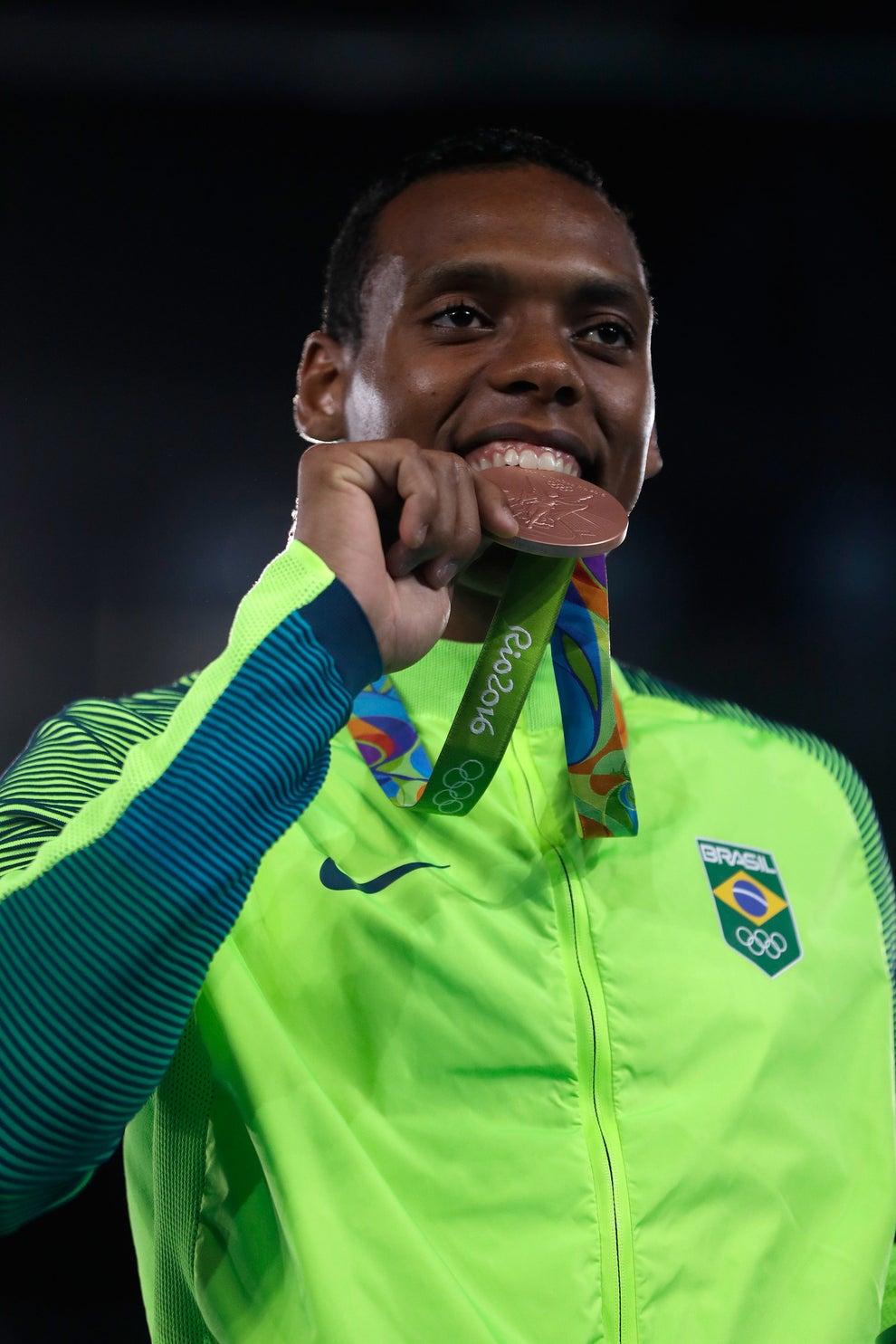 Maicon passou a régua na conta do bronze: foram seis medalhas destas no total.