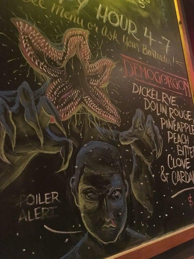 Este restaurante ya juntó lo mejor de dos mundos: al Demogorgon y la pizza.