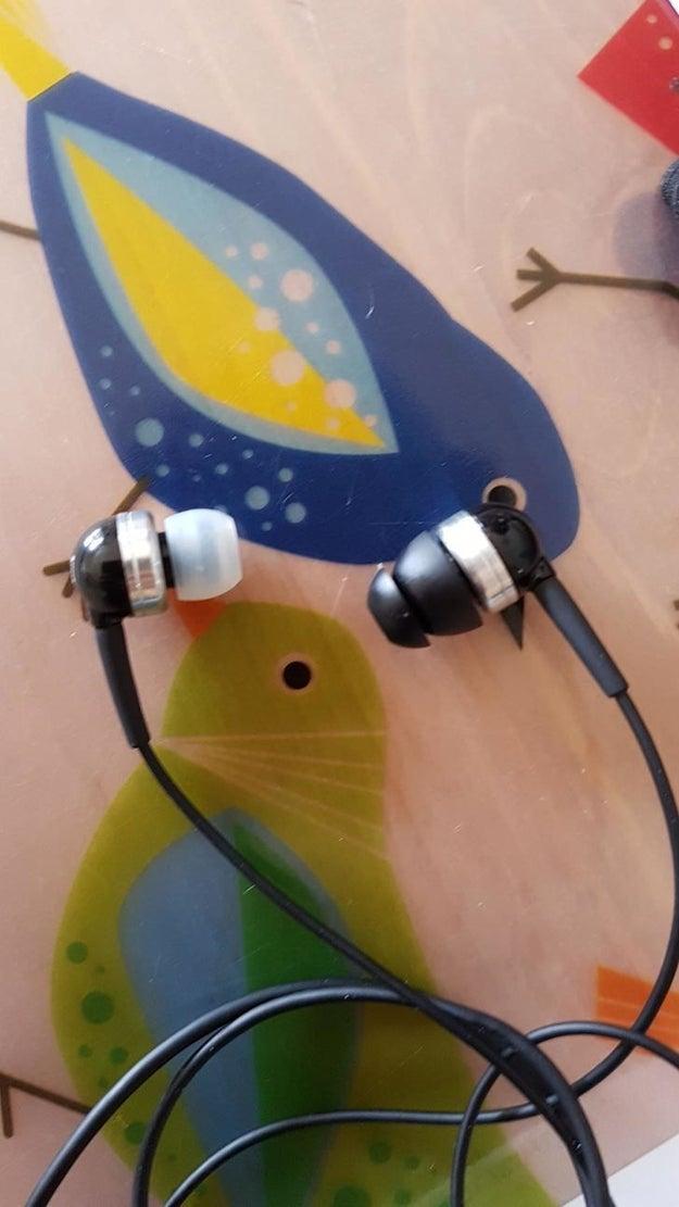 Si alguien a quien amas usa auriculares de diferente tamaño, tú sabes lo que tienes que hacer: ABANDONARLOS.