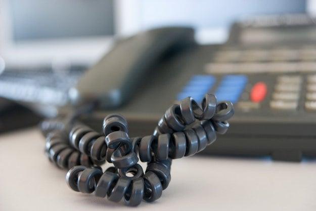 Las mismas horas que pasabas hablando por teléfono las pasabas desenredando el cablecito.