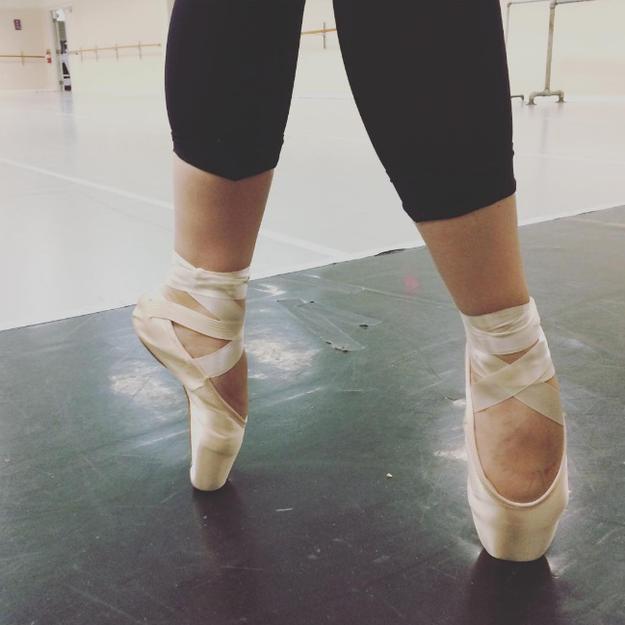 Seguramente nunca te has preguntado qué pasa dentro de esas hermosas zapatillas.