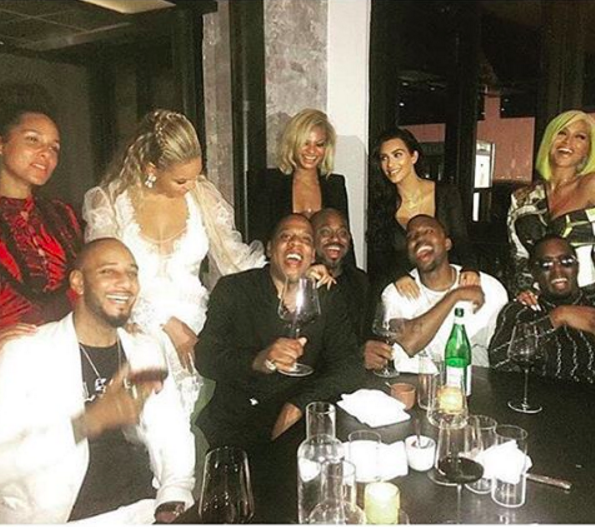 So last night, after giving us a truly epic VMA show, several of the show's biggest stars decided to come together for the ultimate power couple celebration dinner. Boy do I wish I could've been a fly on the wall for this iconic moment.