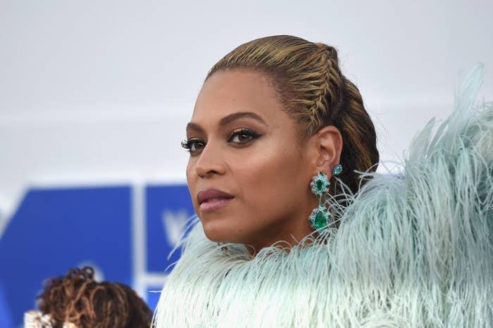Souvent le théâtre de règlements de compte et de bassesses propres à l'industrie musicale américaine, Beyoncé aurait bien pu décider d'ignorer la cérémonie, qui l'a déjà «humiliée» par le passé. Mais bon, elle était nommée dans onze catégories, donc autant faire le déplacement.