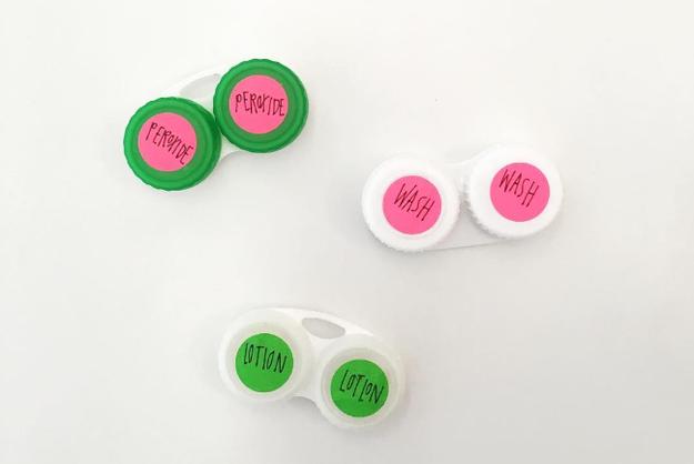 Viaja ligero y coloca un limpiador para tu cara y crema humectante en contenedores para lentes de contacto.