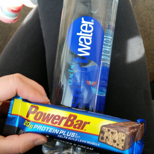 Antes de subir a un vuelo largo, compra una botella de agua de 1L., y varias barras de proteína.