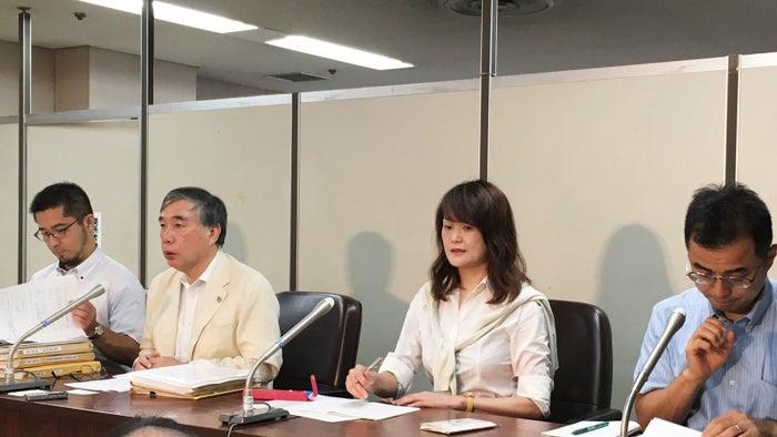 東京・霞が関の司法記者クラブで会見する原告と弁護団
