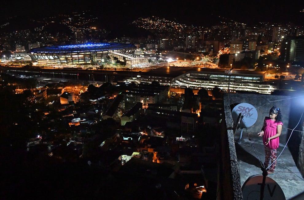 El contraste de la favela Mangueira con el estadio Maracanã.