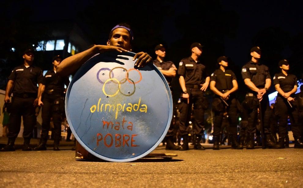 Fuera del estadio: Protestas.