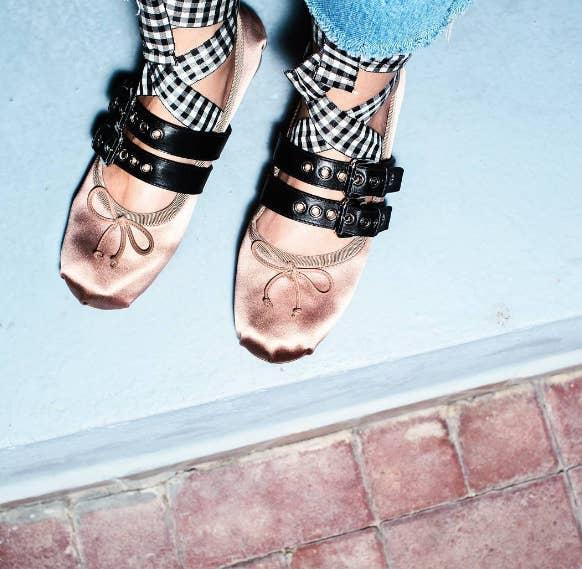 Los zapatos, lanzados por la famosa marca italiana durante su colección Primavera 2016, tienen un delicado toque femenino, con rebeldes pinceladas punk rockers.