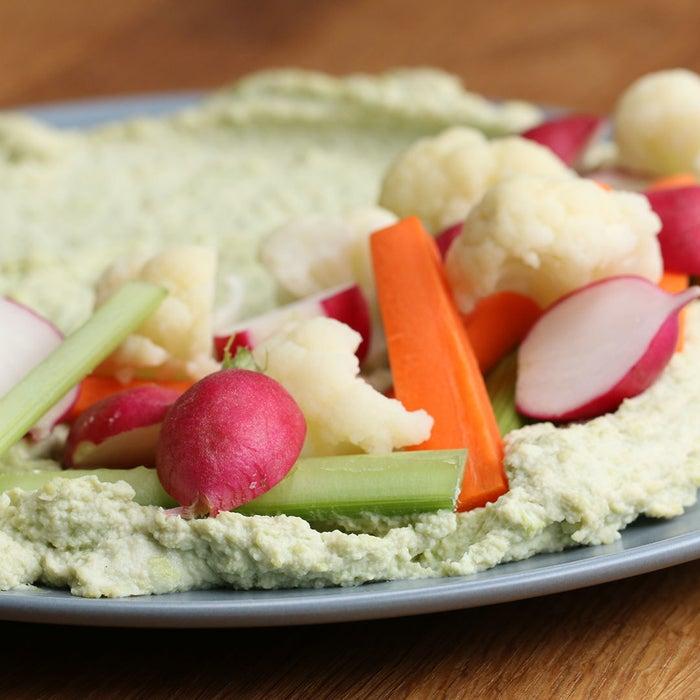 4〜5人分材料:枝豆 200gA.豆腐 1/2丁A.ごま油 大さじ1A.レモン汁 大さじ2A.にんにく 1片塩 小さじ1/4 お好みの野菜粗塩1.枝豆は茹でて実を取り外し、(A)とともになめらかになるまでフードプロッセサーにかける。塩で味をととのえる。2.(1)を浅めの器に入れ、お好みの野菜を盛り、粗塩をかけたら、完成!