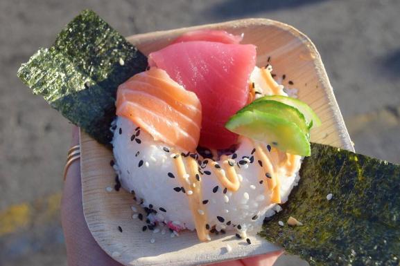 No es una dona que parece sushi, sino un sushi que luce como dona.